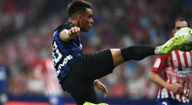 Martínez dá um voleio para fazer o gol da Inter de Milão contra o Atlético de Madri