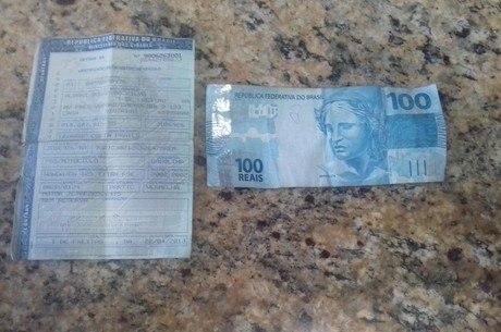 Licenciamento vencido e dinheiro usado para tentar corromper o policial