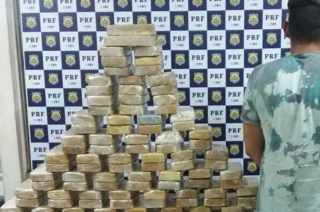 Além da droga foram encontrados 3 celulares, 1 skate elétrico, além de uma quantia em dinheiro