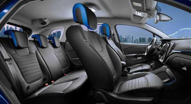 """Interior com detalhes na cor azul da """"Edition One"""": Captur russo tem 4 airbgs"""