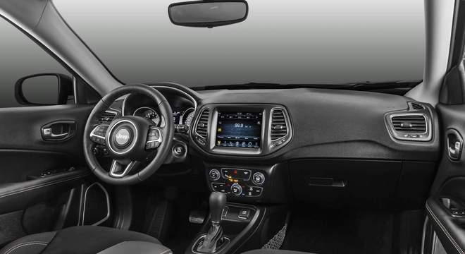 Interior do Jeep se destaca pelos materiais de bom acabamento e montagem em todas as versões