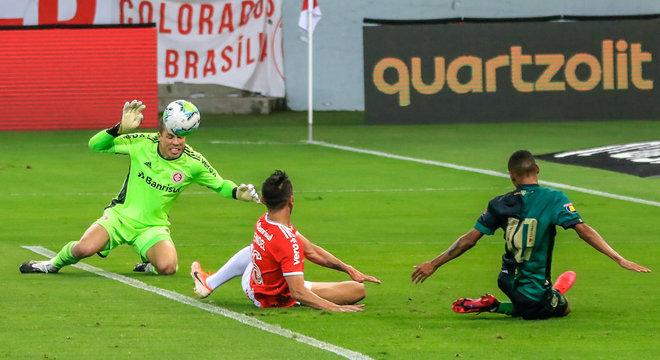 Internacional e América-MG criaram suas oportunidades no Beira-Rio