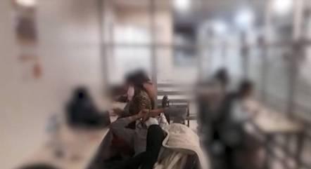Jovem aparece deitado em cadeiras do refeitório