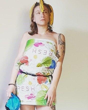 Teve quem montou um vestido tomara que caia eusou algumas bananas como acessório