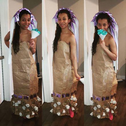 Ela superou todas as expectativas e criou um vestido de noiva usando as sacolas de papel. Teve até buquê de flores!