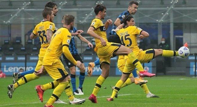 Perisic, de cabeça, faz Inter 2 X 2 Parma
