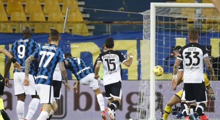 O momento do arremate de Sánchez no primeiro gol da Inter