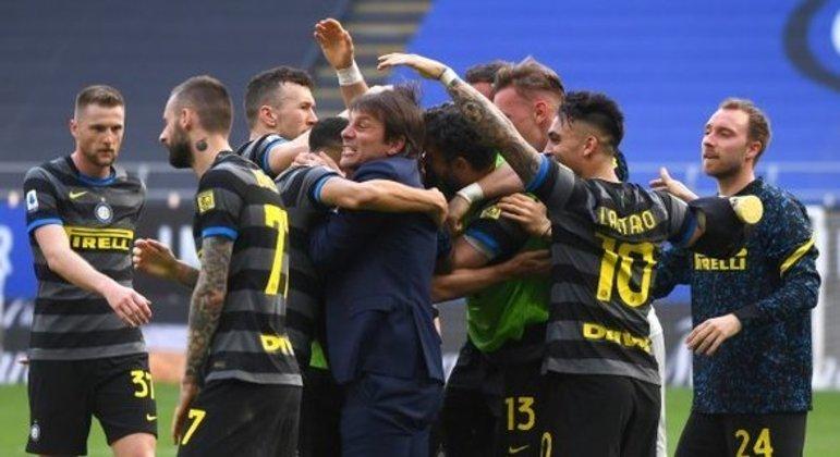 Inter, a festa dos atletas com o treinador Antonio Conte