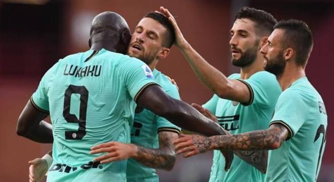 A festa dos companheiros para o segundo gol de Lukaku no cotejo