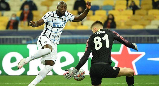 Lukaku, da Inter perde um gol na cara do arqueiro Trubin, do Shakhtar