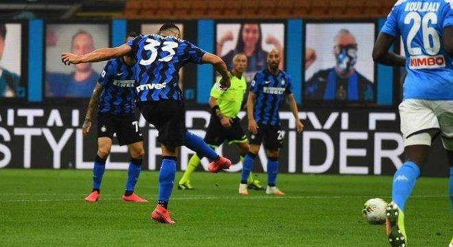 O momento do arremate de D'Ambrosio, Inter 1 X 0