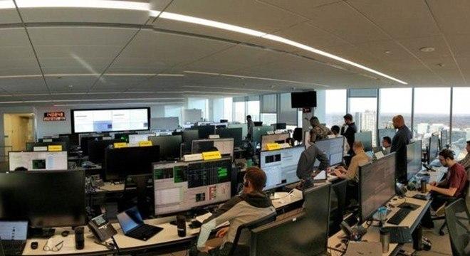 Controladores na Virgínia, nos Estados Unidos, e em Londres têm estado ocupados ensaiando o dia do lançamento