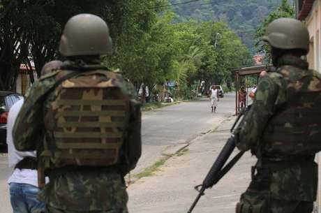 Soldados patrulham Vila Kennedy, escolhido como bairro modelo