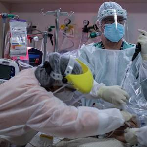 Equipe médica faz intubação em SP
