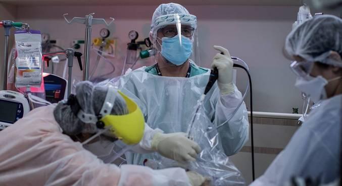 Equipe médica faz intubação em UTI para tratamento da covid-19,  em SP