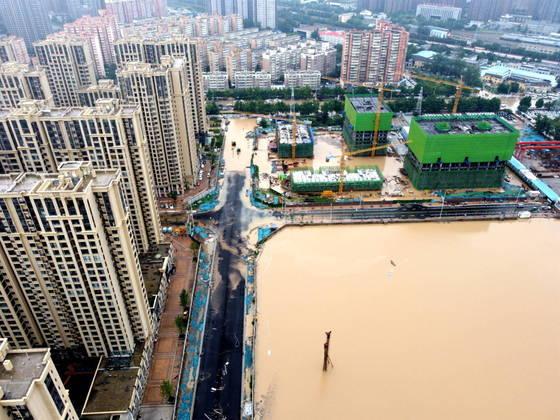 A China foi atingida por fortes chuvas, que deixaram aprovíncia de Henan, na área central da China, coberta por água. Pelo menos 25 morreram e 7 estão desaparecidas, segundo oúltimo boletim das autoridades locais divulgadas pela emissora estatal 'CCTV' nesta quarta-feira (21)