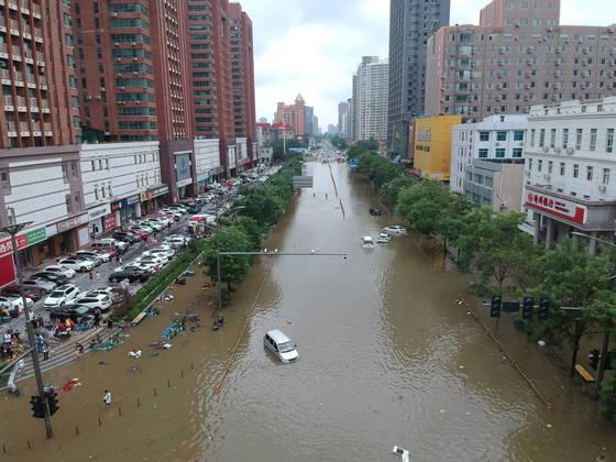 Segundo dados do governo, mais de 300 mil pessoas precisaram ser retiradas de suas casas. Ao todo, 1,2 milhão de pessoas foram atingidas pela onda de mau tempo em 89 condados e 560 cidades
