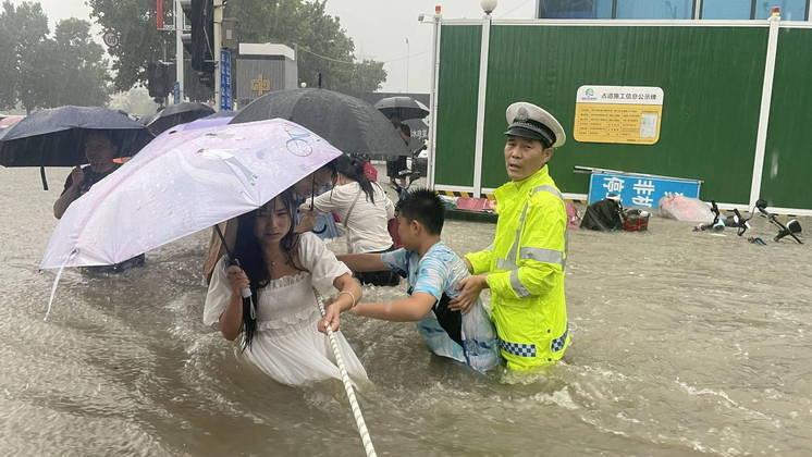 Além das inundações, uma barragem na região também corre o risco de se romper a qualquer momento. Autoridades monitoram a fenda de 20 metros que apareceu nos últimos dias