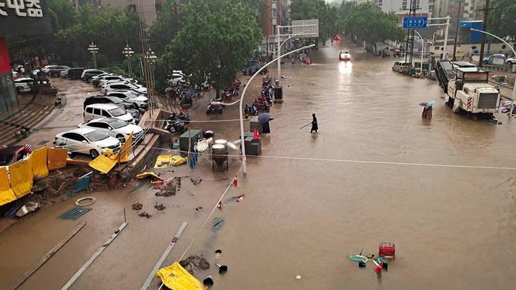 As chuvas sazonais provocam grandes inundações a cada ano na China. Mas a ameaça aumentou nos últimos anos, devido à construção de barragens ou desvios do leito dos rios que muitas vezes cortam as conexões existentes entre os rios e lagos adjacentes