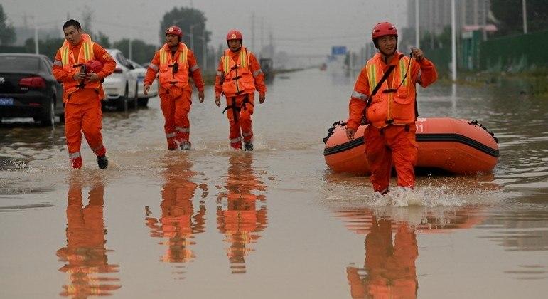 China: sobe para 58 o número de mortes em inundações