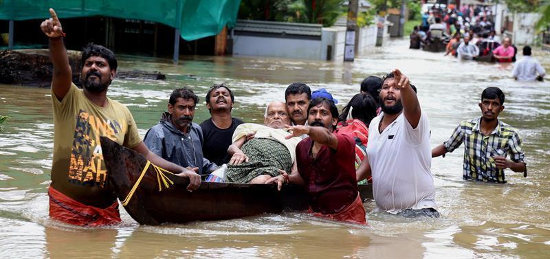 Fotos: aumenta para 370 o número de mortos por inundações na Índia