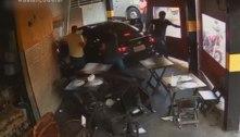 Motorista de app invade pizzaria após ser baleado durante assalto