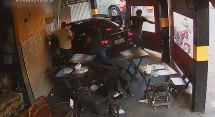 Motorista de app invade pizzaria durante assalto