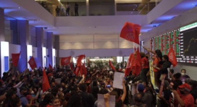 Integrantes do MTST (Movimento dos Trabalhadores Sem Teto) na B3