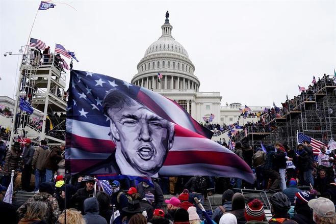 O ex-presidente é acusado de ter traído seu juramento por ter incitado a invasão do Capitólio, sede do Congresso dos EUA, por parte de seus apoiadores em 6 de janeiro. Naquele momento, acontecia uma sessão conjunta do parlamento para contabilizar os votos do Colégio Eleitoral, última etapa para oficializar os resultado da eleição presidencial de 2020, com derrota de Trump para o democrata Joe Biden. A violência acabou com cinco mortesLigação de Trump para mudar eleição na Geórgia será investigada