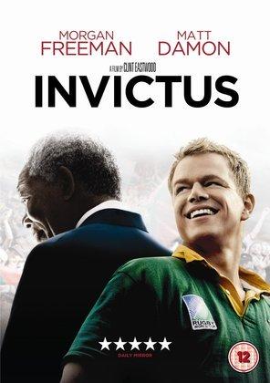 'Invictus'(2009) remonta a luta do então eleito presidente Nelson Mandela (Morgan Freeman) junto de Francois Pienaar (Matt Damon), capitão do time de rúgbi da África do Sul, para unificar a nação após o fim do apartheid por meio do esporte.