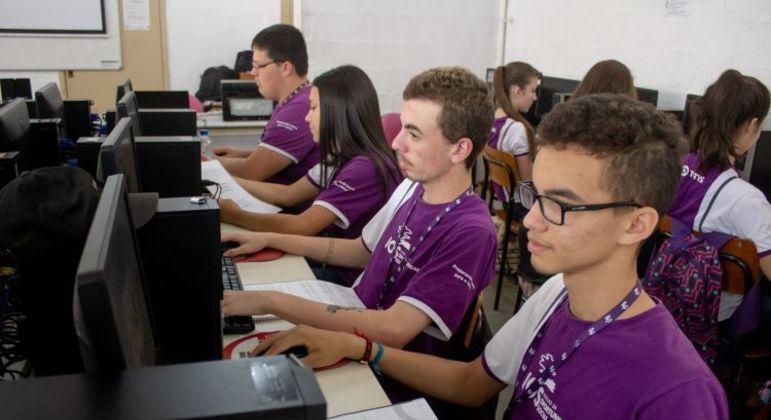 Alunos estudando através do projeto da IOS