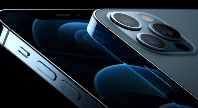 Diferentemente do iPhone 12 Pro (foto),  Apple deve lançar câmeras em tamanhos diferentes