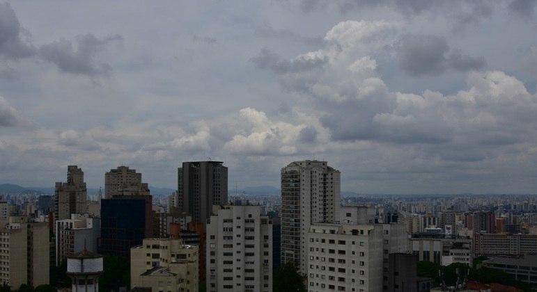 Sol fica entre nuvens e máxima chega aos 29°C