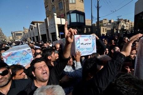 População durante funeral de vítima em Ahvaz