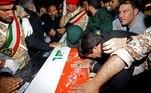 Lamentações iranianas carregam o caixão do comandante da milícia iraquiana Abu Mahdi al-Muhandis, morto em um ataque aéreo no aeroporto de Bagdá, no aeroporto internacional Ahvaz, em Ahvaz, Irã