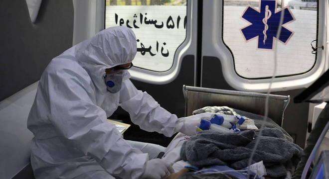 Paciente com covid-19 é transportado em ambulância no Irã