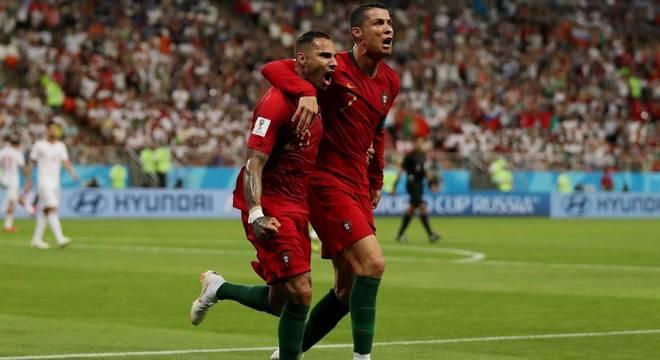 Quaresma comemora com Cristiano Ronaldo o primeiro gol de Portugal 1ea94adb322d7