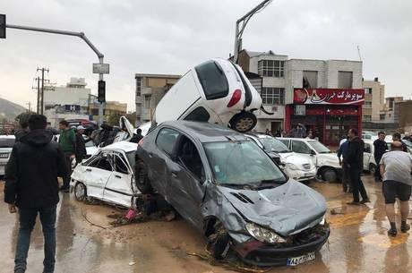 Carros foram arrastados nas inundações