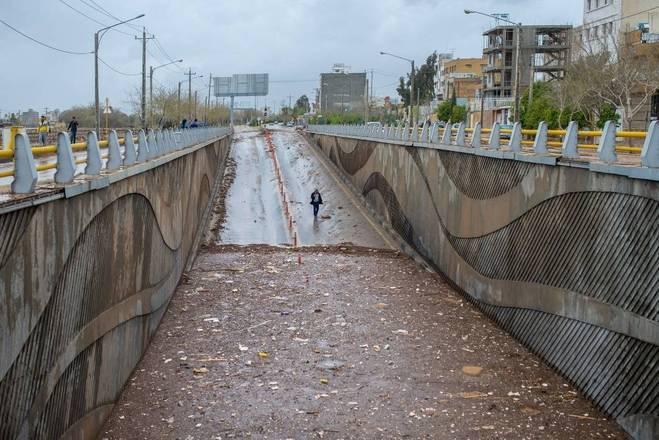De acordo com relatos de moradores à agência de notícias Al Jazeera, bastaram dois períodos de chuva de 15 minutos cada para que cidade fosse inundada