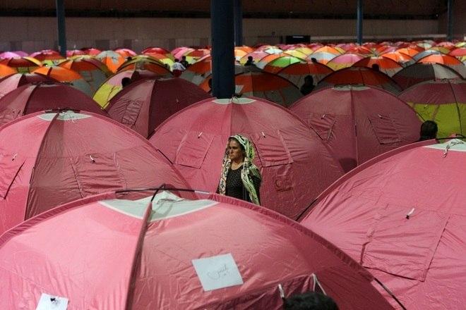 Centenas de pessoas estão desabrigadas. Um estádio esportivo foi transformado em acampamento para os atingidos pela enchente