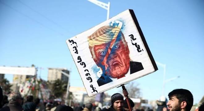 Iraniano segura cartaz contra Trump em marcha pelo aniversário da Revolução Islâmica