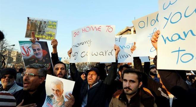 Manifestantes se reuniram na capital Teerã pelo terceiro dia nesta segunda (13)