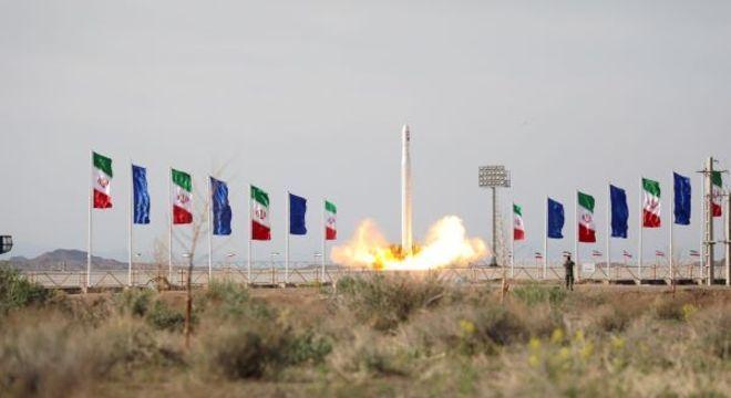 O satélite está orbitando 425 quilômetros acima da superfície da Terra