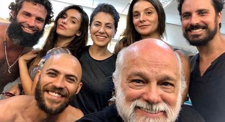 Iran com os colegas de elenco e núcleo