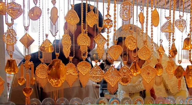 Homens e religiosos enganam as noivas antes das cerimônias