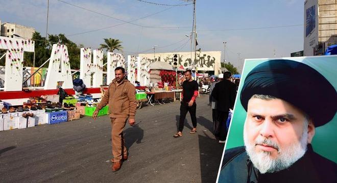 O clérigo Muqtada al-Sadr (no cartaz à direita) convocou protestos contra os EUA
