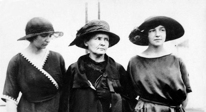 Em 1921, Irene e Eve viajaram para os EUA com a mãe. A jornalista americana Missy Meloney organizou um tour para arrecadar fundos para as pesquisas de Marie Curie. Emling observa que a cientista foi recebida com status de celebridade