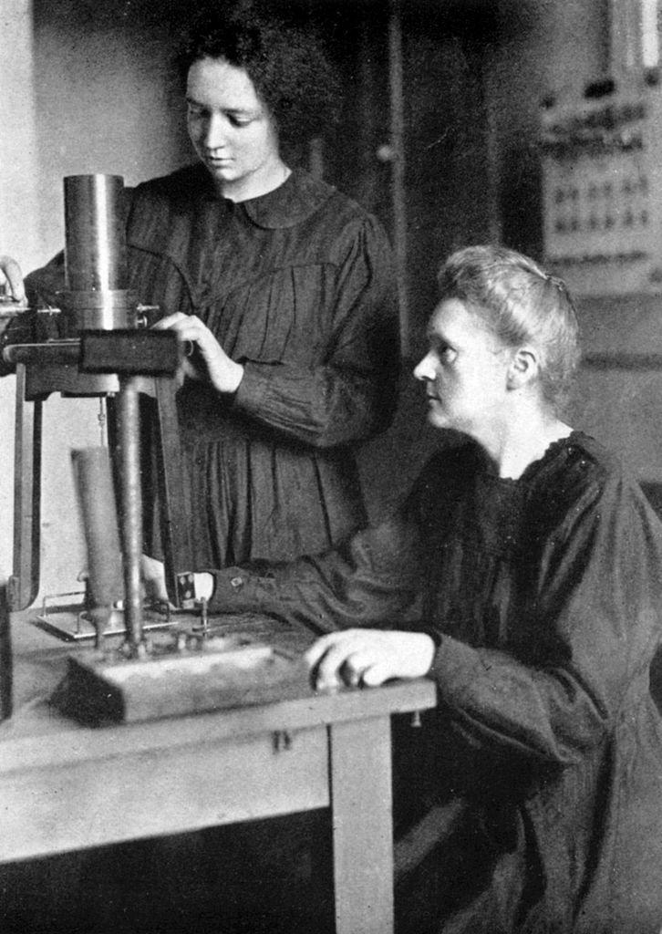 Nesta foto de 1925, Irene aparece trabalhando com a mãe no Instituto de Rádio de Paris, um centro de pesquisas pioneiro em física e química