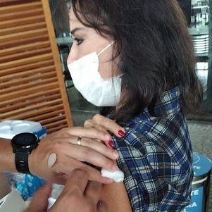 Íris recebeu 1ª dose da vacina