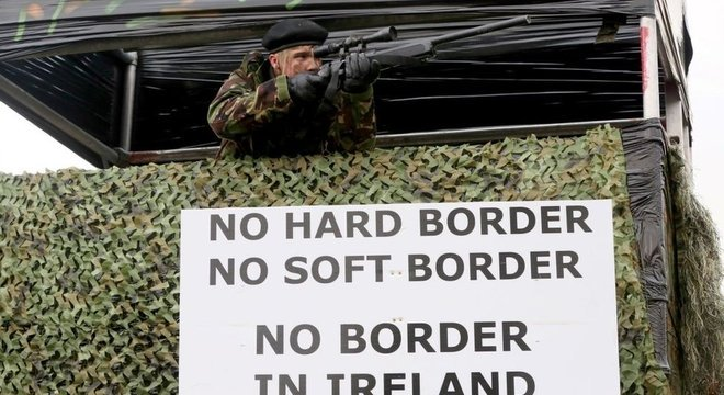 Grupos contrários ao Brexit fizeram manifestações na fronteira da Irlanda com placas e fantasias militares para protestar contra a possibilidade de uma fronteira rígida entre Irlanda do Norte e a República da Irlanda